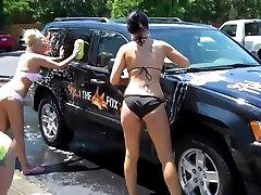 Dekleta v kopalke v avtopralnici Jeep