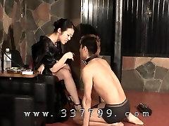 Japonski femdom K kimono udarila v obraz slave