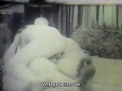 वसा लड़की पर एक छोटे सफेद 1950 के दशक विंटेज