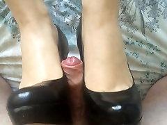 Shoejob, un beidz uz viņas melnās augstpapēžu kurpes