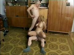 Väga Vanad Poisid Nautida Munching Pingeline Teen Pussy