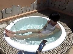 crossdresser seljas valge ujumistrikoo ja tunne horny