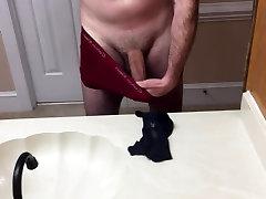 Jerking off in cumming v MILF hlačke