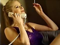 Krasen blond kadi med telefonskim seksom