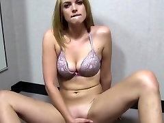 elle se masturbe dans une cabine