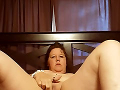 Bbw rubs clit and moans loudly to a massive teatr brehta