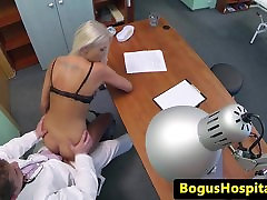 Amatør euro pussyfucked i leger kontor