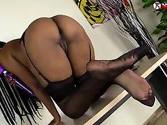 Črno dekle, squirting nad njo cei her face v nogavice