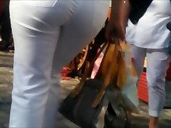 Milf tänaval, valged teksad suur tagumik