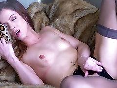 Брюнетка подросток на спине мастурбирующей
