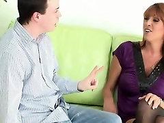 طراز كوغار في جوارب &أمبير ؛ الكعب الجنس مع ابنها&039;s صديق HD
