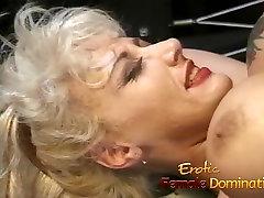Blondīne dieviete padara viņas ne uhz laimīgu seksuālo dungeon