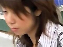 एशियाई लड़की कौन पढ़ता है टेप पर पकड़ा एक गांठदार कामुक दर्शक