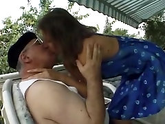 Fat150-kg senas vyras pakrikę jauną žmoną