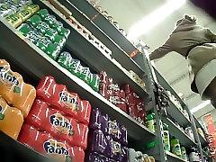 सुपरमार्केट लहंगे में काले रंग की चड्डी