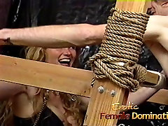Busty blond kurba dobi vezana in spanked res težko