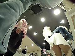 Tüdruk Upskirted aastal Boutique seljas Kerge Sukkpüksid