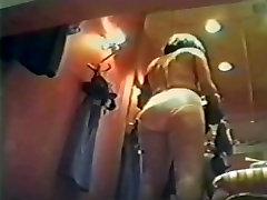 crossdresser cums nylons persirengimo kambarys