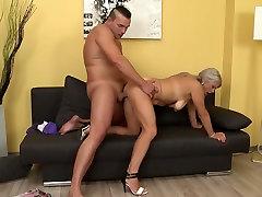 Nekilnojamojo brandžios motinos fucks jos jaunas meilužis