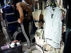 Dve Športni dekleta z VELIKIMI amature hidden cam poskuša na vrhovi v trgovini