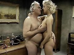 Stara vojska človek ima zapornikov žene