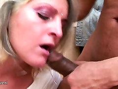 गर्म सुनहरे बालों वाली चूसने और कमबख्त में शौचालय