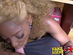 FakeAgentUK Popolno rit in joške ebony bejba hoče seks