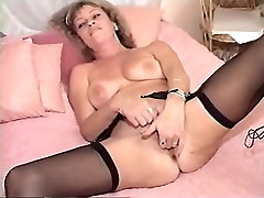 Mature and her younger friend pleasing themselves