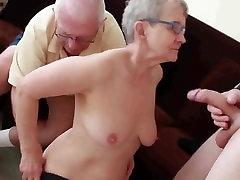 दादी और दादा जी के साथ लड़की
