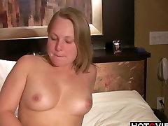 Velika aabella denger Blondinka uporablja svoje igrače v postelji