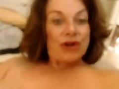 Põrgu võrgutav MILF raseerimine tema fishnet masseuse ees kaamera