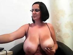 MILF ar brillēm rāda viņas lielās krūtis