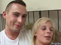 Ta karistab tema blond emane sügava ja raske