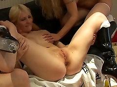 Britanska najstnica Louise v različna prizorišča