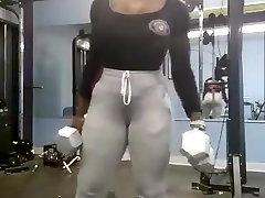 Seksi afriška gospa opus ven v telovadnici 2. del