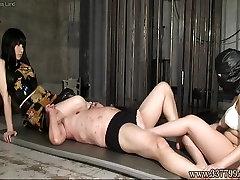 Dva Japonska femdom Kyouka s črnimi lasmi vlak slave