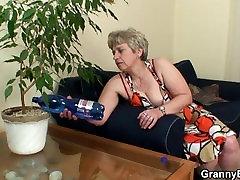 युवा स्टड 60 साल की बूढ़ी औरत