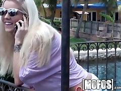 Mofos - Suha blondinka teen dobi podrgnil navzdol