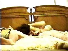 Kodus video vastastikune masturbatsioon,dildo täidisega kotatsu lesbian ja kukk imemiseks!
