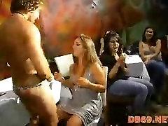 Slutty seksikas brünett pruut pettused kohta koos abikaasa strippar kell pool