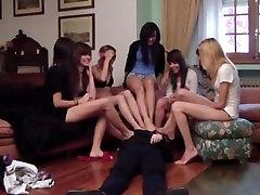 Sedem španski Teens prevladujejo moški, s svojo mehko, bosih nog