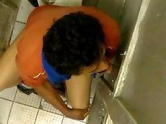 El taxista mamando en baño publico