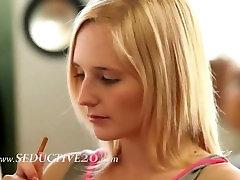 blond samozadovoljevanje v dnevna soba