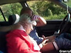 80 years old peluda bitch gets screwed in the car