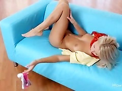 Una joven masturbándose en el sofá - masturbācija, dīvāns
