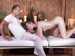 Masāžas Telpas Apdullināšanu meitene ar matains incītis saņem labu grūti jāšanās