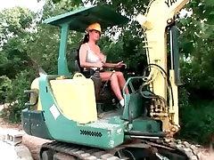 बड़े स्तन के निर्माण मजदूर से पता चलता है उसे स्तन और खुद के साथ खेलता है