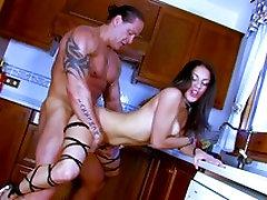 Isabelle saada naelutatud köögis