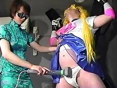 Japonés FM interrogatorio: cosquillas y vibed agente en la chica de vestuario