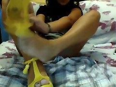 Tüdruk sunny leon black com jalad ees kaamera